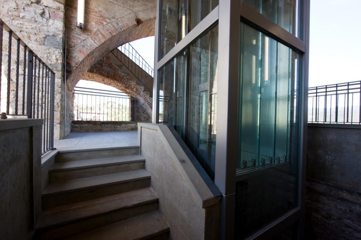 Comm.: città di Bergamo - Installazione nuovo ascensore e restauro della torre del Campanone - archh. Tosi, Baretti, Boldorini e Gonella - Arrivo scala (Foto P.Stroppa)