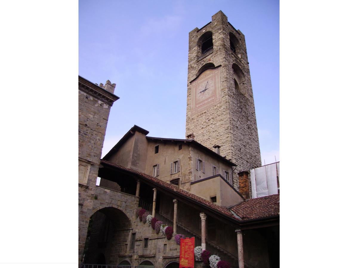Comm.: città di Bergamo - Installazione nuovo ascensore e restauro della torre del Campanone - archh. Tosi, Baretti, Boldorini e Gonella - Vista da Piazza Vecchia