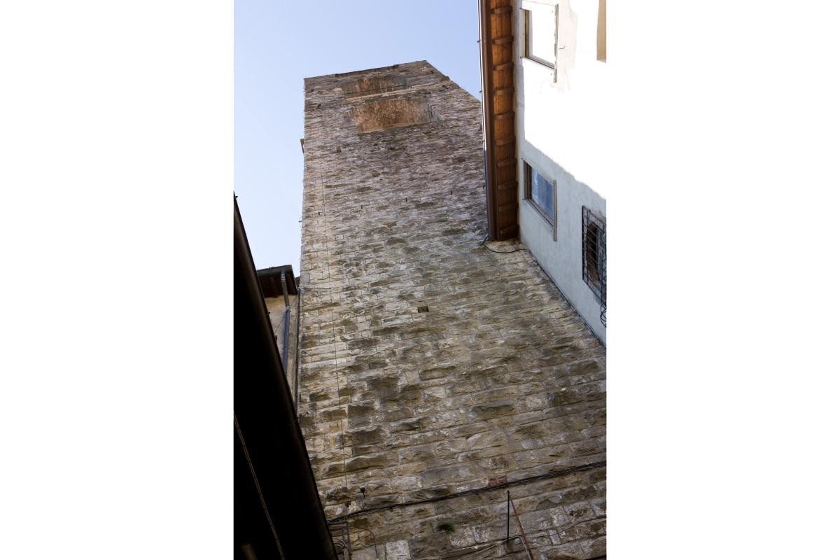 Comm.: città di Bergamo - Installazione nuovo ascensore e restauro della torre del Campanone - archh. Tosi, Baretti, Boldorini e Gonella - Vista dal cortile interno (Foto P.Stroppa)