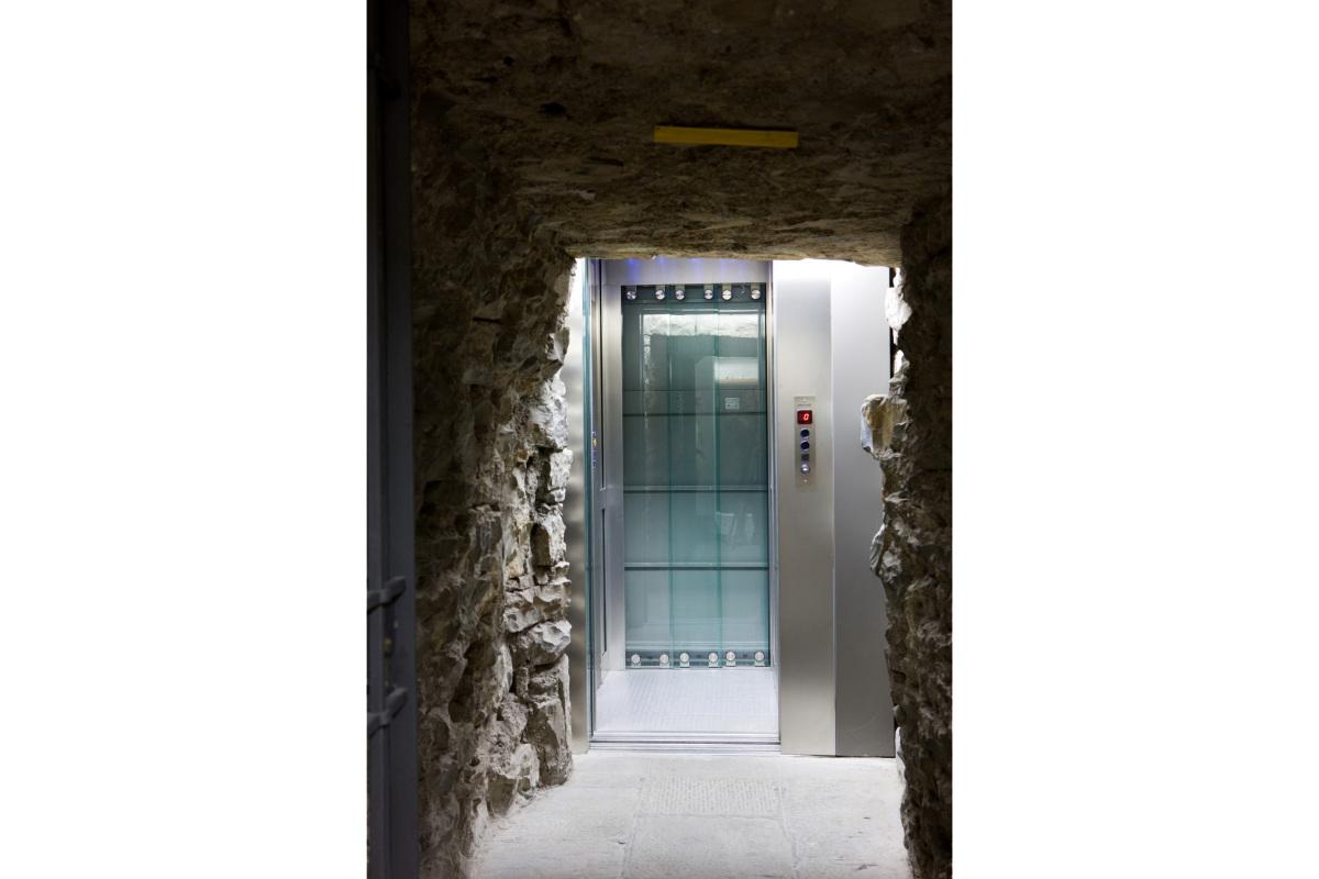 Comm.: città di Bergamo - Installazione nuovo ascensore e restauro della torre del Campanone - archh. Tosi, Baretti, Boldorini e Gonella - Accesso all'ascensore (Foto P.Stroppa)