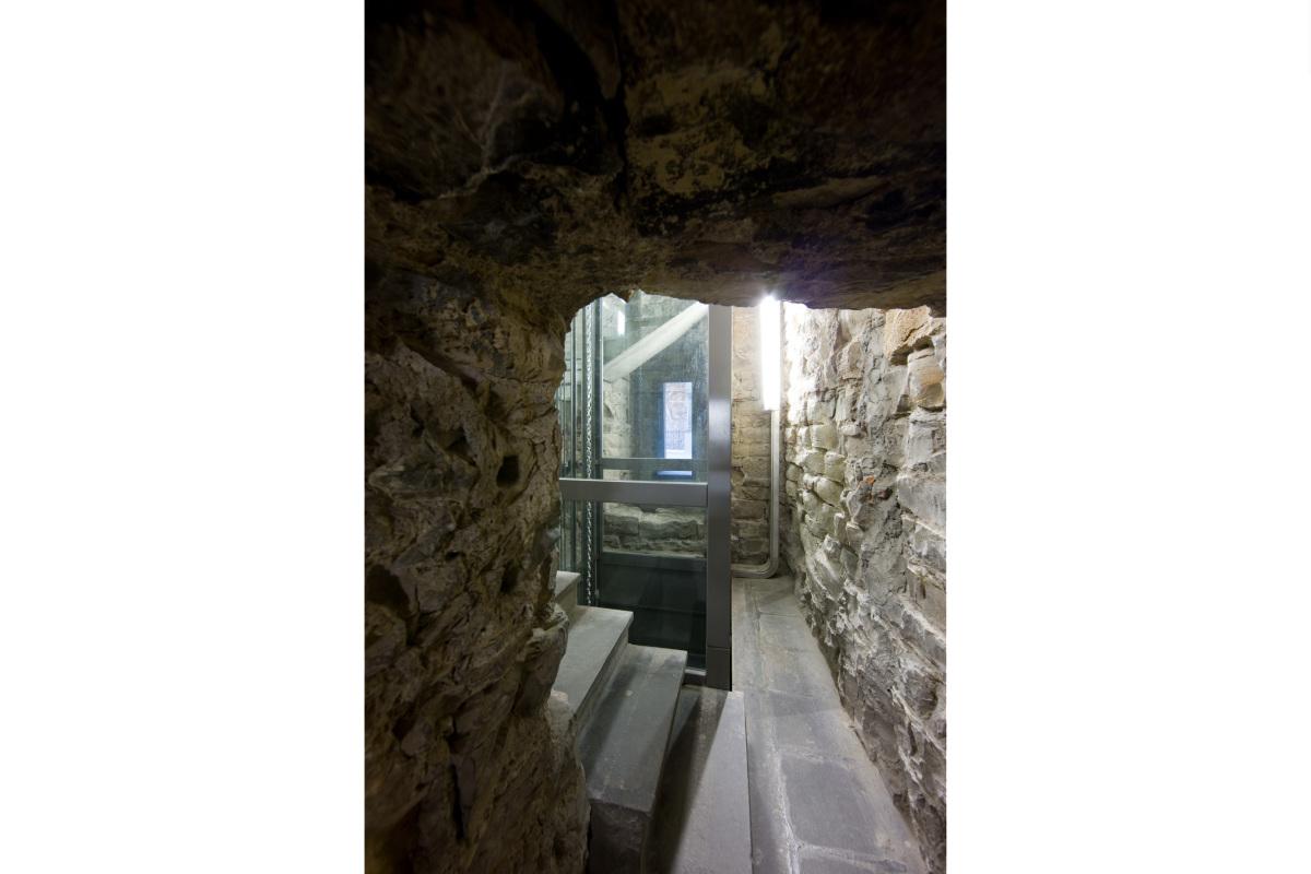 Comm.: città di Bergamo - Installazione nuovo ascensore e restauro della torre del Campanone - archh. Tosi, Baretti, Boldorini e Gonella - Dettaglio scala interna (Foto P.Stroppa)