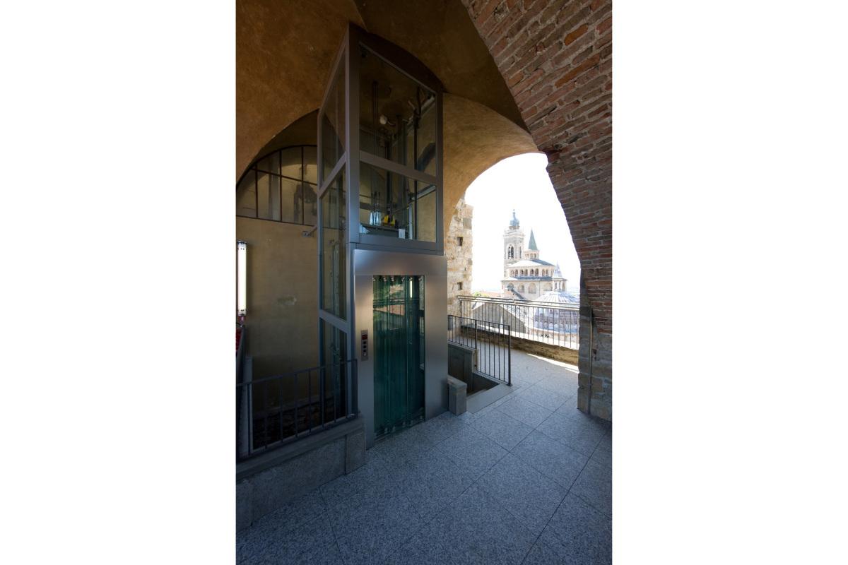 Comm.: città di Bergamo - Installazione nuovo ascensore e restauro della torre del Campanone - archh. Tosi, Baretti, Boldorini e Gonella - Sbarco superiore (Foto P.Stroppa)